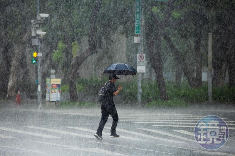 若中國暴雨下在台北?鄉民幽默回:「出門要撐傘很不方便。」(本刊資料照)
