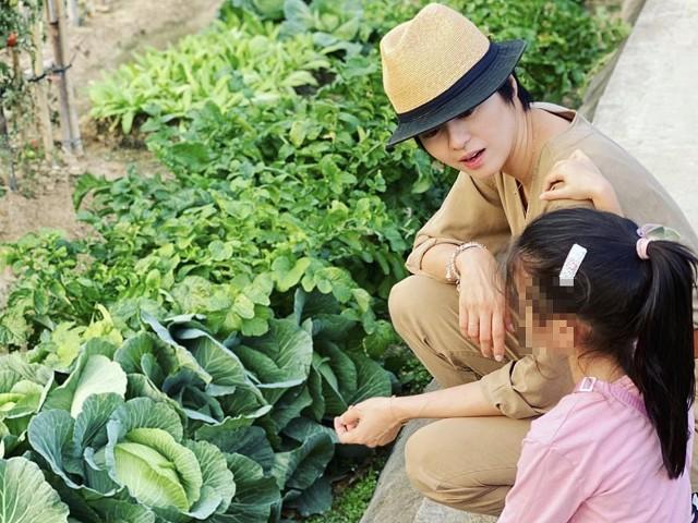 梁詠琪有女初長成,帶著寶貝女兒Sofia探訪菜園。(摘自梁詠琪IG)