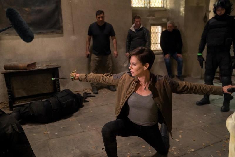 莎莉賽隆在動作片《不死軍團》大展拳腳功夫,但想看她跟基努李維開打,真的要看老天安排。(Netflix提供)