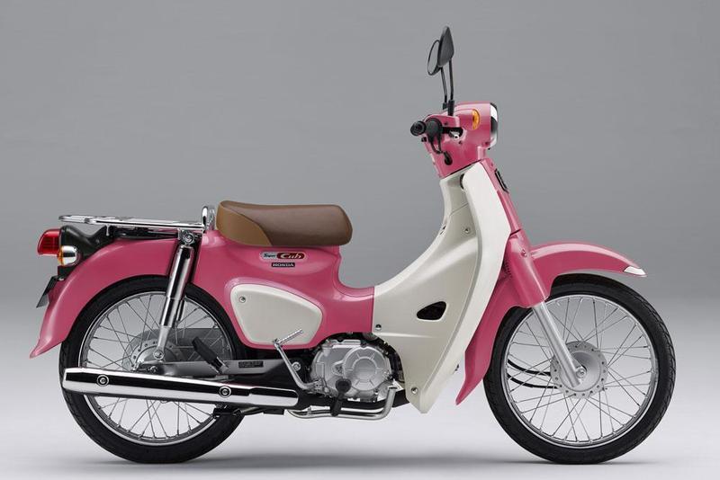 HONDA打造出《天氣之子》粉色塗裝的Super Cub 110特仕版,開放限量訂購。(翻攝自AutoCar Japan)