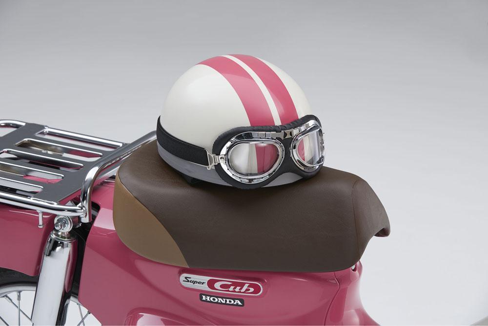 安全帽也完全復刻電影中的樣式,做為購車贈品。(翻攝自AutoCar Japan)