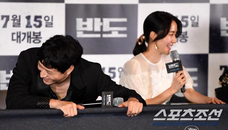 姜棟元(左)和李貞賢在《屍速列車2:感染半島》記者會上聽到自己成了「以前的人」全笑歪。(翻攝朝鮮體育)