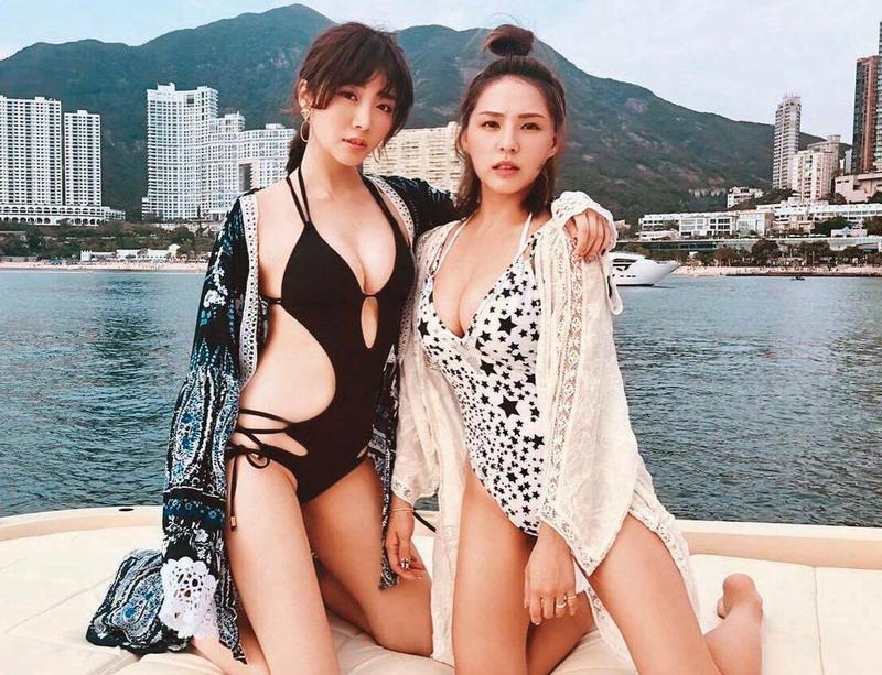 女星熊熊(右)跟成語蕎(左)是演藝圈中出名的火辣姐妹淘,她們曾一起到香港旅行,還跪坐在遊艇上拍下撩人美照。(翻攝自成語蕎IG)