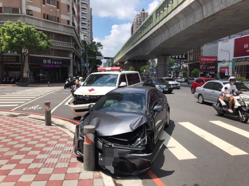 救護車與迴轉的自小客車相撞,救護車駕駛輕傷。(翻攝畫面)