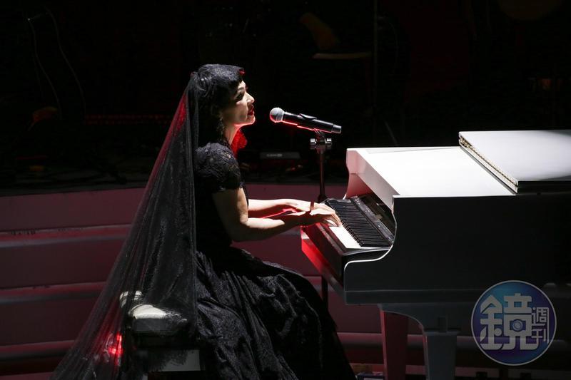 潘越雲以自彈鋼琴演唱,揭開演唱會序幕。