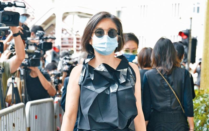 林青霞穿著約2.8萬元Issey Miyake上衣出席賭王葬禮。(東方IC)