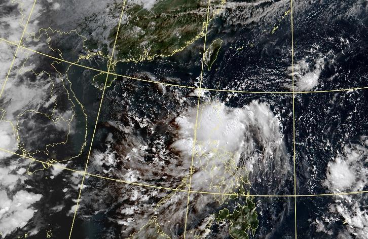 太平洋高壓持續強盛,菲律賓東方海面的熱帶擾動成颱機率低。(翻攝自氣象局官網)