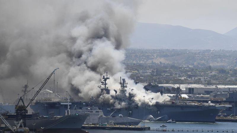 美軍兩棲攻擊艦「好人理查號」爆炸起火,現場濃煙密布。(翻攝自推特)