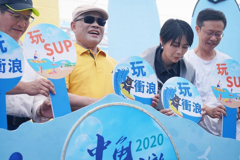 行政院長蘇貞昌出席活動時膚色突然白好幾個色階,被網友吐槽。(翻攝賴品妤臉書)