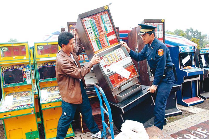 張董靠製造賭博電玩機台起家,後來轉型走正途。圖為警方查扣非法賭博電玩。(中央社)