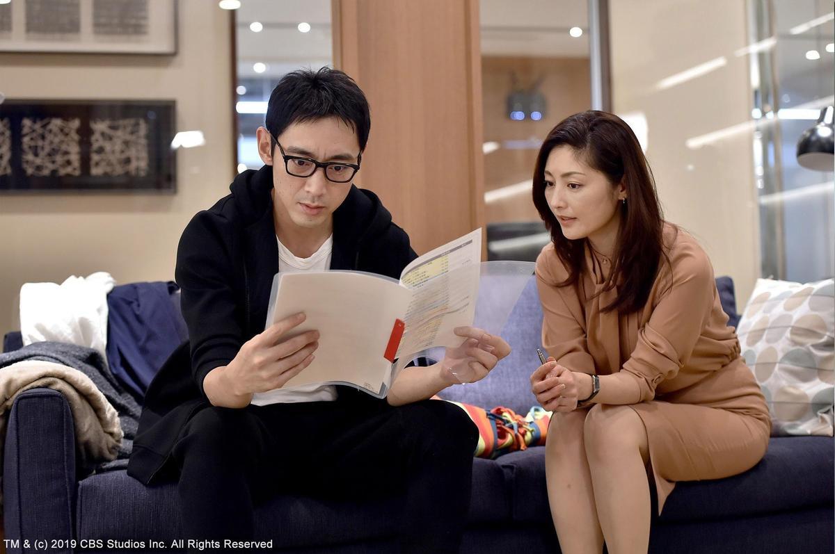 小泉孝太郎(左)飾演常盤貴子的護花使者。(緯來日本台提供)