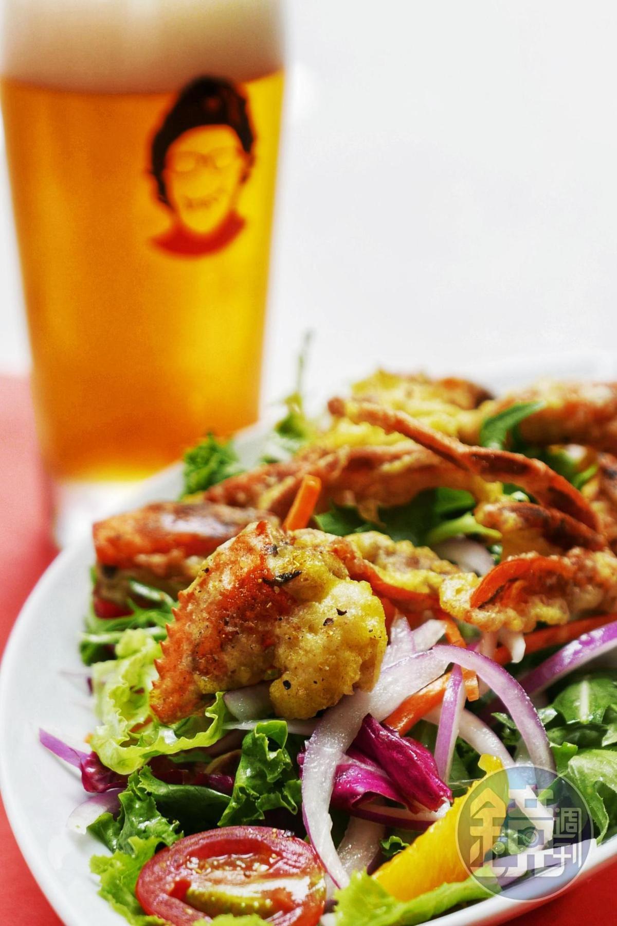 「軟殼蟹沙拉」是店內常年不敗的海鮮沙拉。(320元/份)