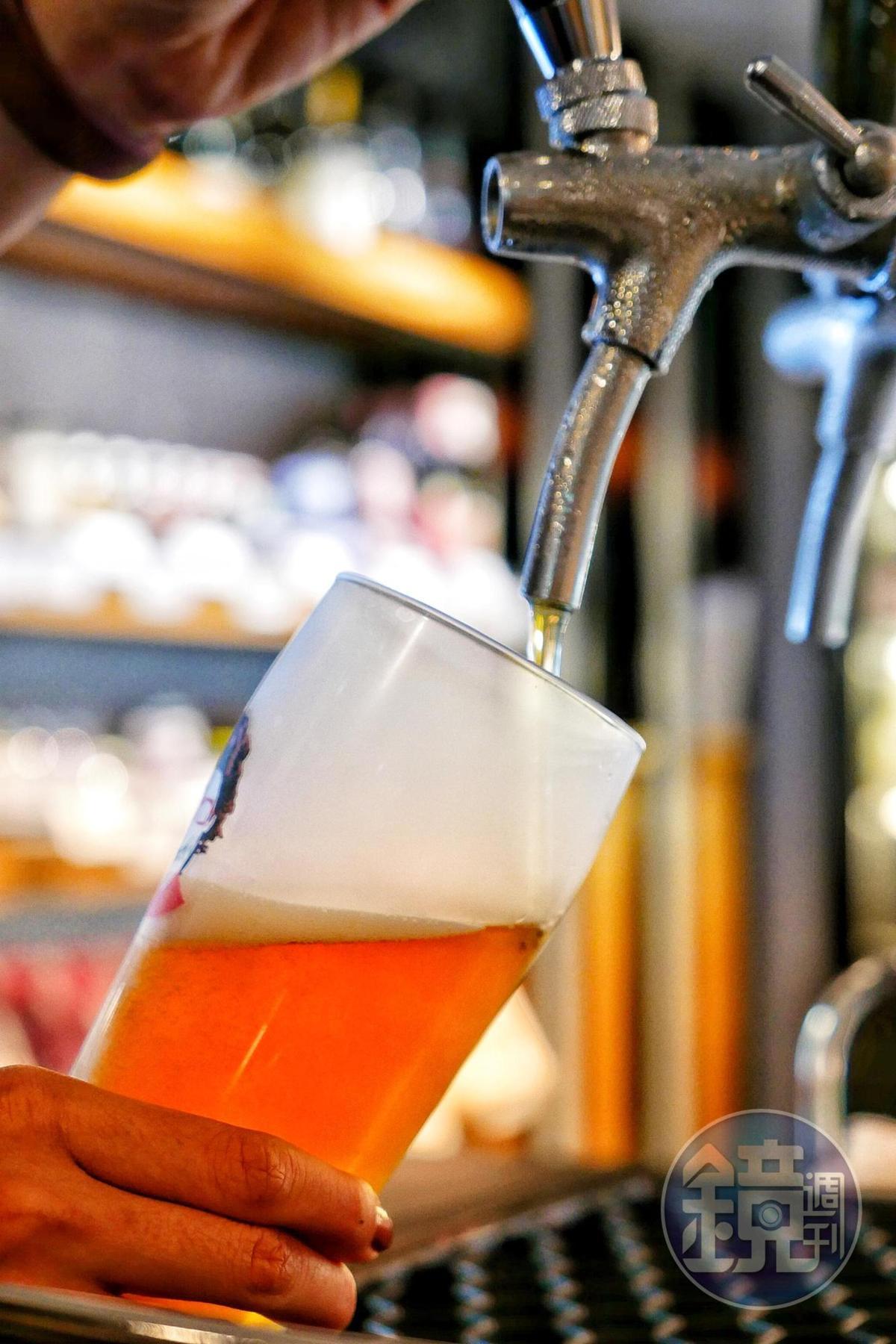 啤酒節期間不論是預購20杯或現場單組客人喝滿20杯,都是直接結帳2,000元,等同每杯約350ml的啤酒只要100元。