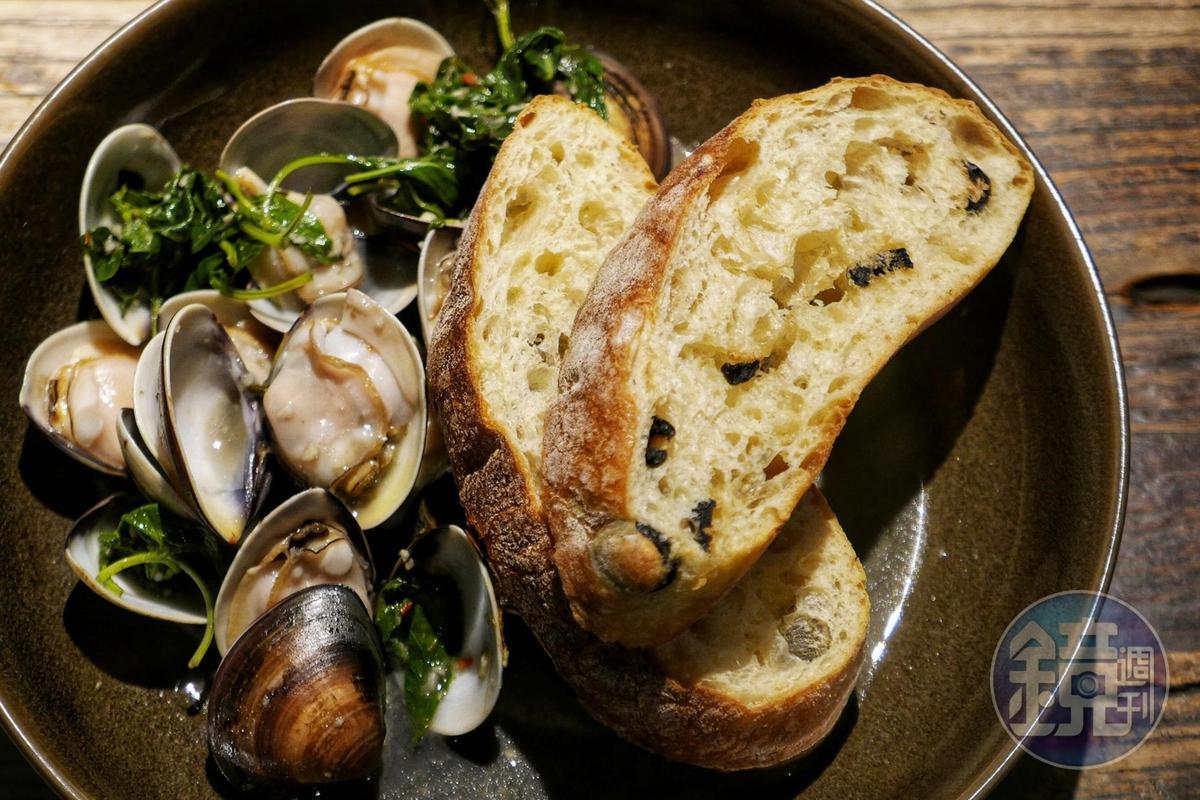 重口味的「酒燒快炒鮮貝」搭配珠寶盒法式點心坊的麵包,令人吮指回味。(280元/份)