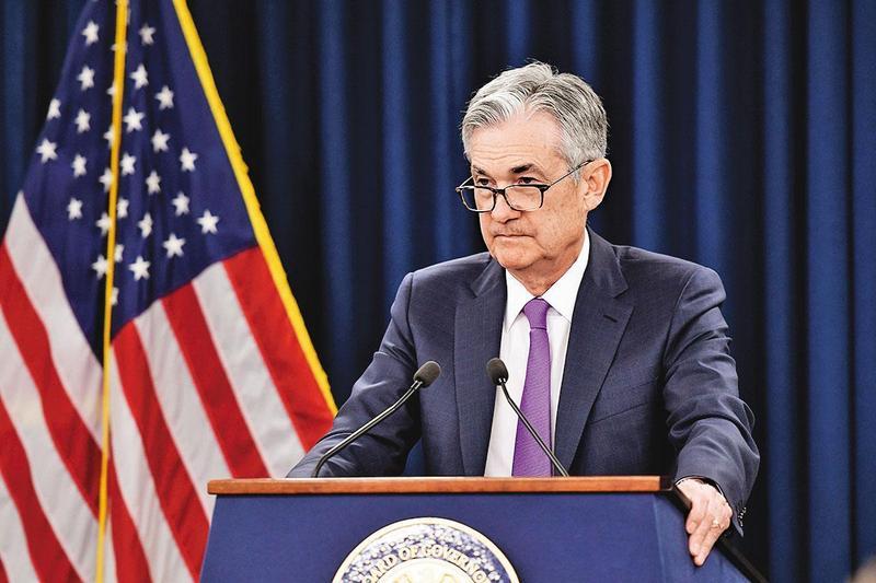 美國政府在月底將推出更多財政刺激,聯準會勢必延續寬鬆貨幣政策。圖為聯準會主席鮑威爾。(翻攝自聯準會官網)