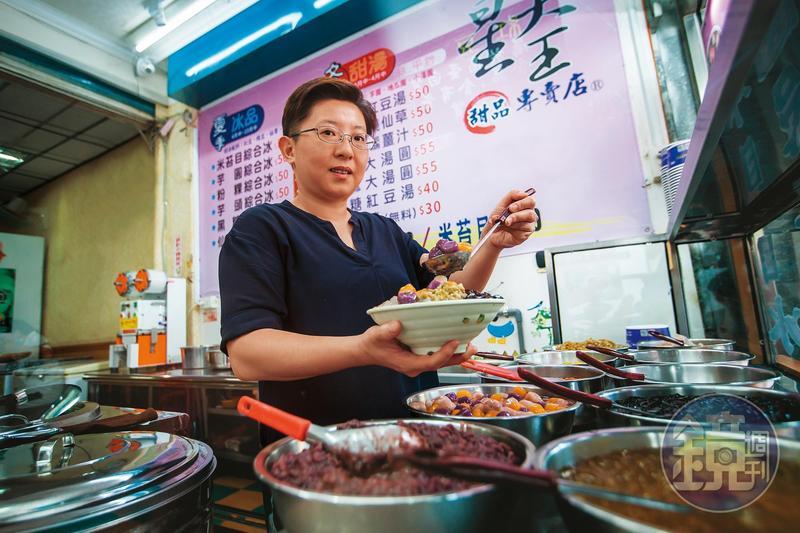 今年44歲的詹子晴因為母親投資失利破產,7年前決定學做米苔目,開店賺錢還債。