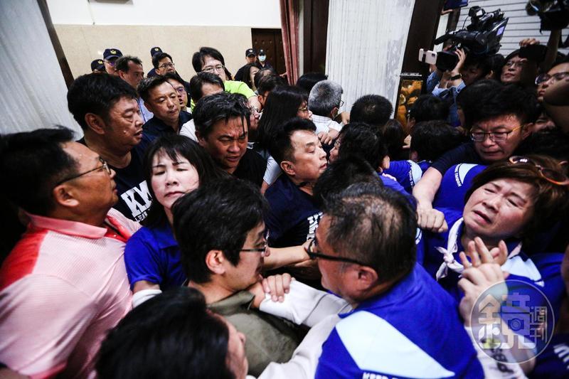 立院今將審查監察院長被提名人陳菊一案,藍綠爆發衝突。
