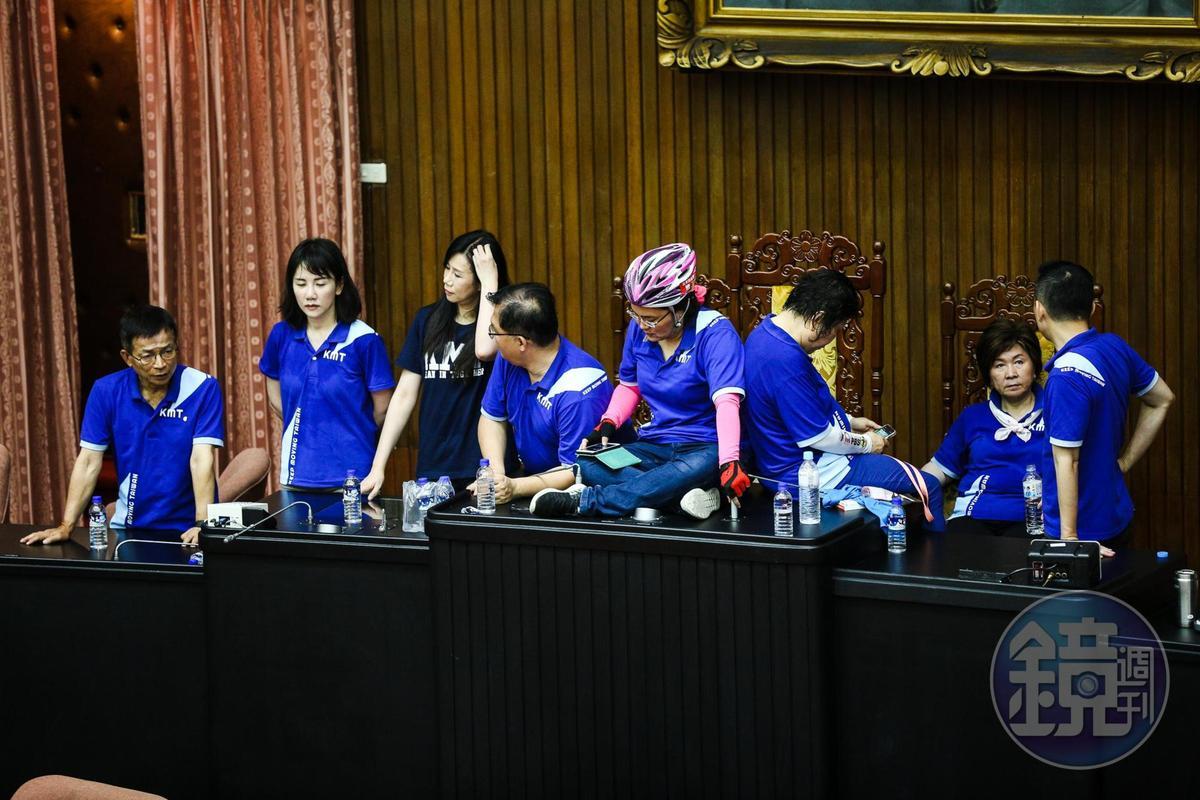 陳菊順利進入議場後,國民黨改變戰術,破壞發言台、質詢台及備詢台,並且佔領主席台。