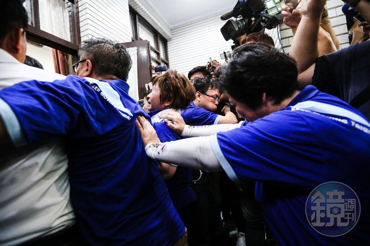陳菊進入議場時,立法院議場後門藍綠立委爆發嚴重推擠。