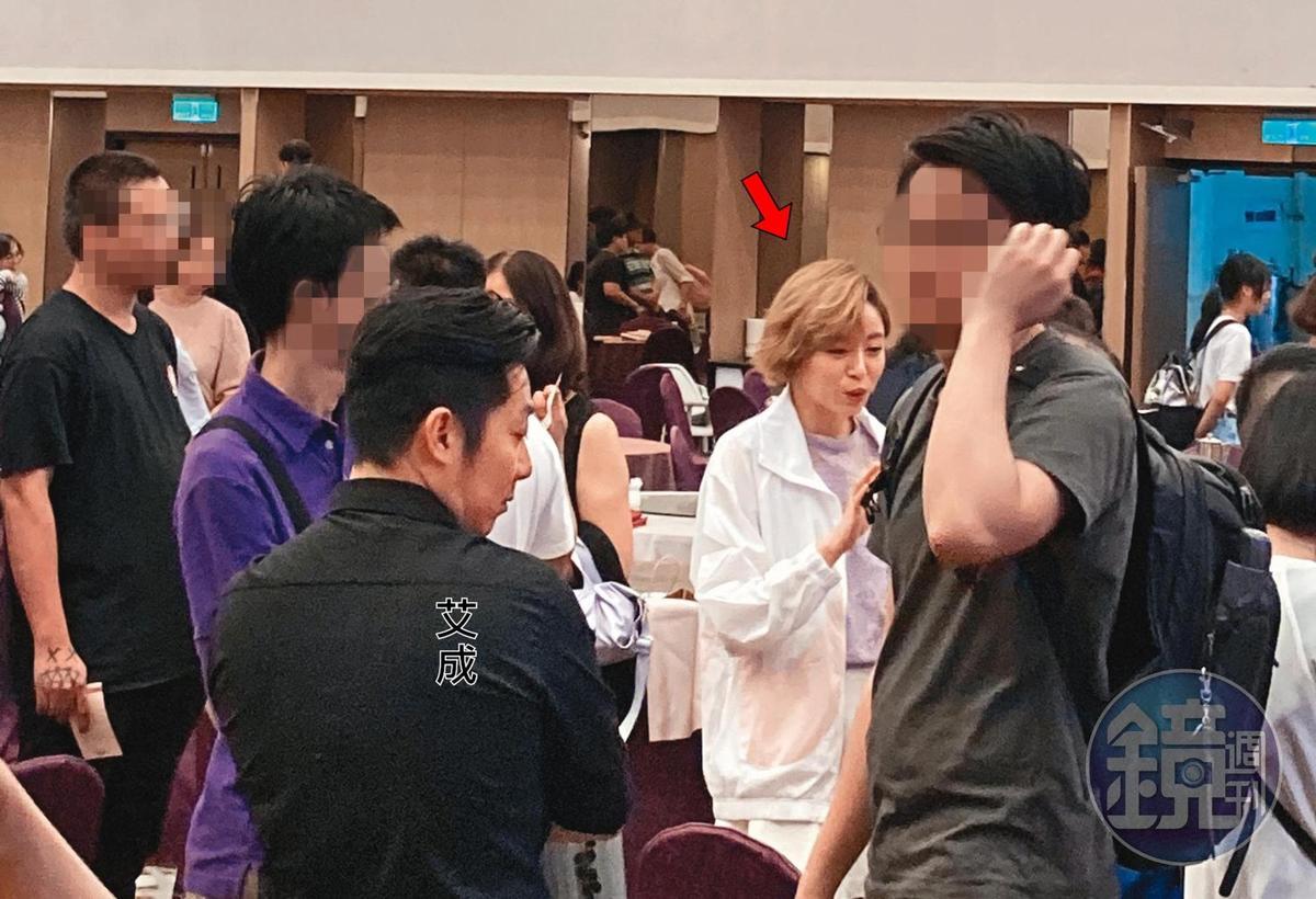 王瞳(箭頭處)結束工作後,直奔福華飯店參加教會聚會,艾成(著黑衣者)已先到場。