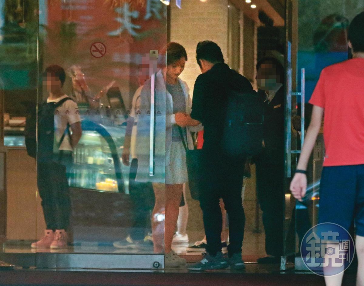 參加完聚會,王瞳和艾成原本打算離開,但因雨太大又躲回飯店。