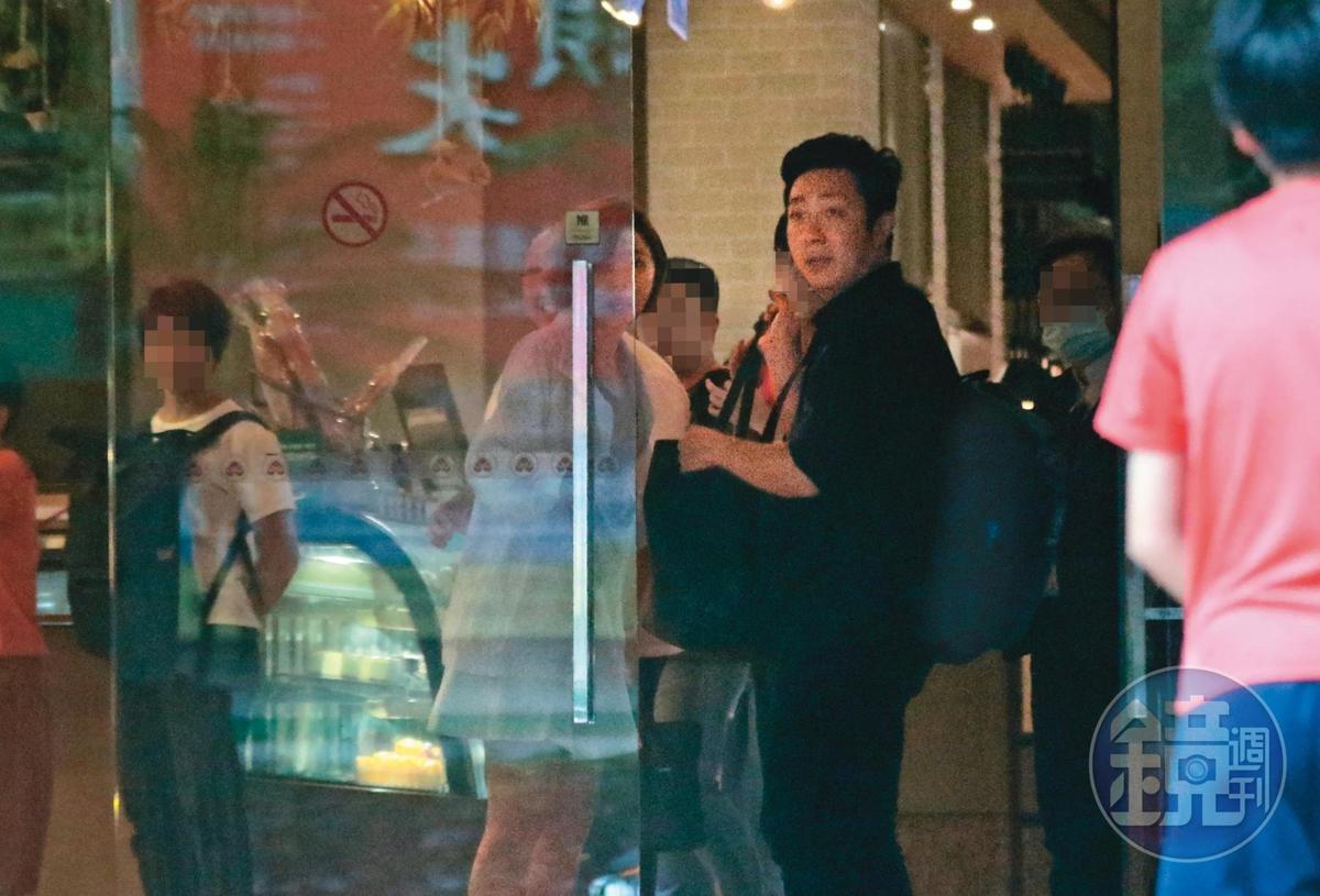 艾成朝門口看看雨勢,隨後改和王瞳逛街。
