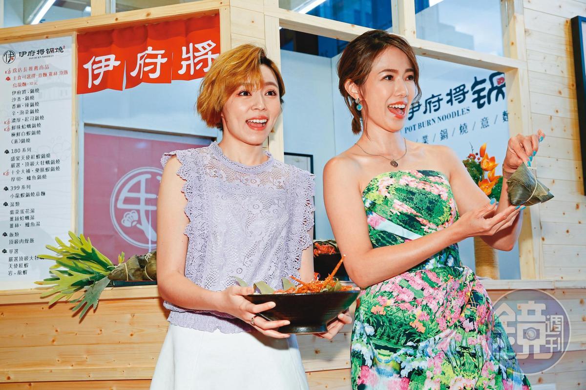王瞳(左)賣掉高雄房子救急,並參加世貿加盟展賺點零用錢。右為黃瑄。