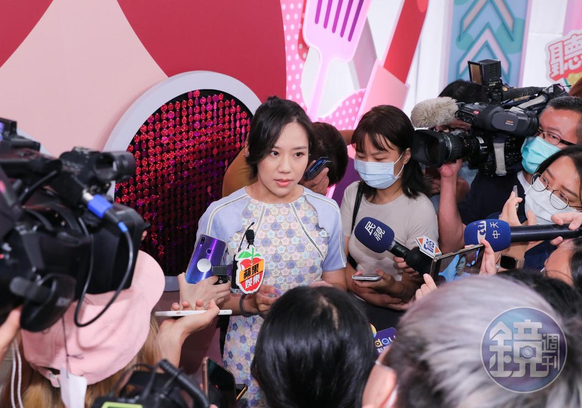 梁敏婷以「涼粉」為藝名出道當通告咖,首次露面即引來媒體包圍,面對問題她也無所不答。