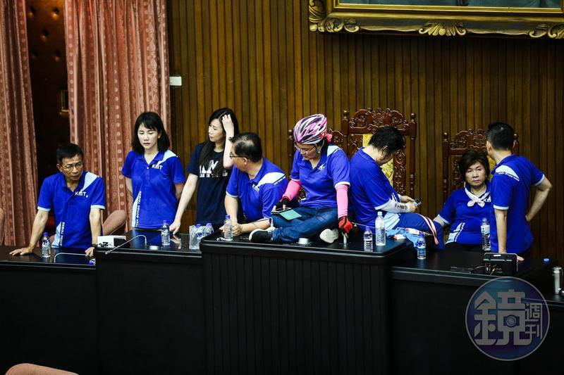 國民黨立委陳玉珍戴著自行車安全帽坐在主席台上,相當吸睛。