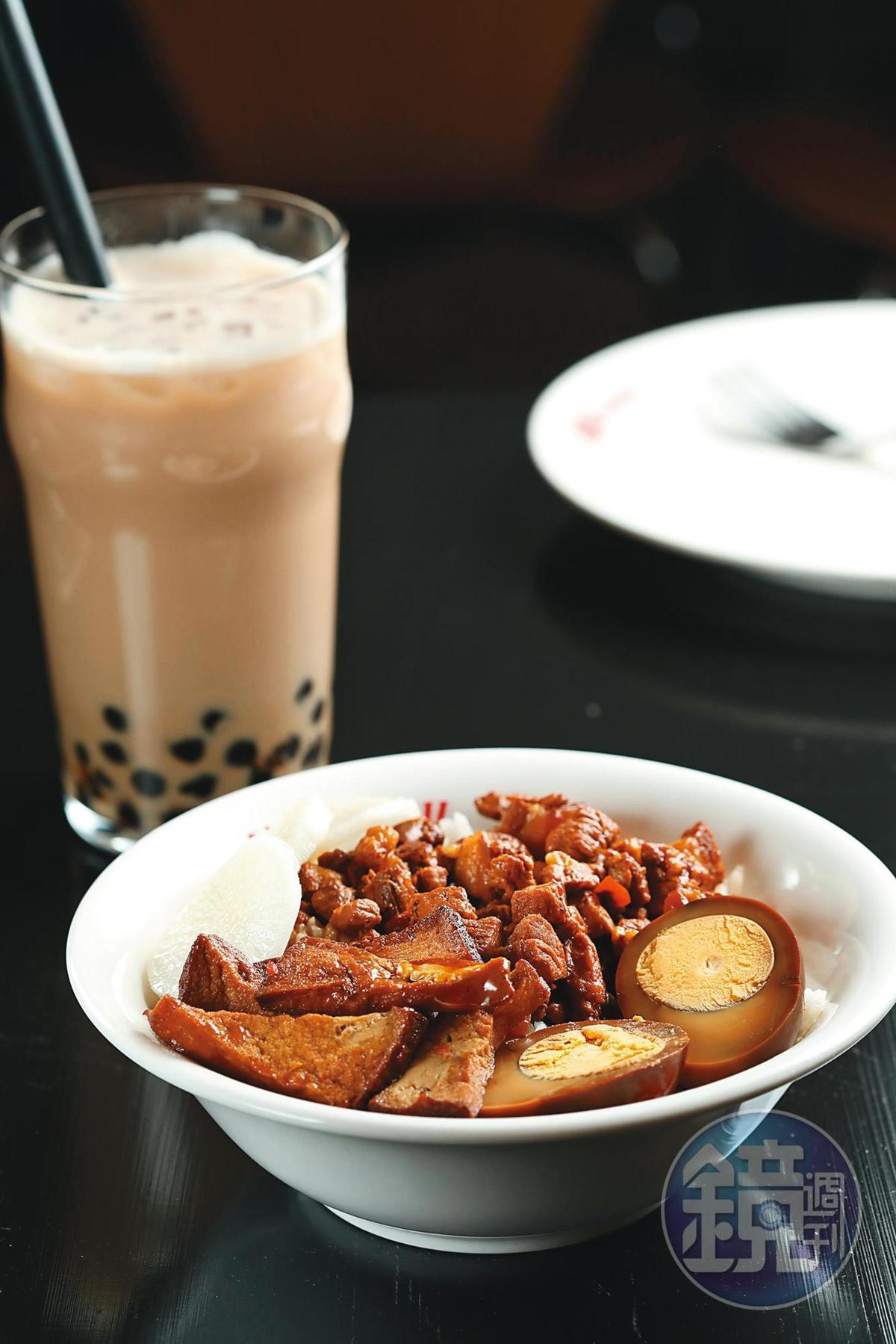 配上油豆腐、滷蛋的「滷肉飯」,吃飽也吃巧。(1,200福林/份,約NT$111)