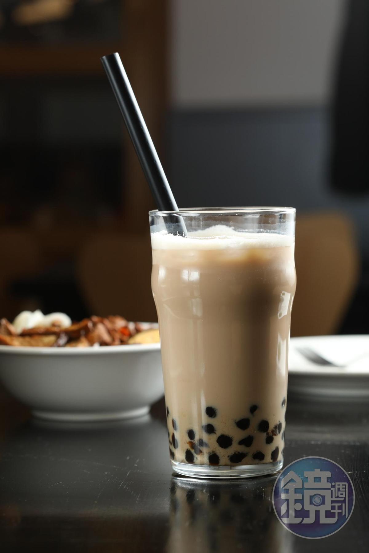 「波霸鮮奶茶」的珍珠全是從台灣空運來匈牙利。(1,188福林/杯,約NT$110)