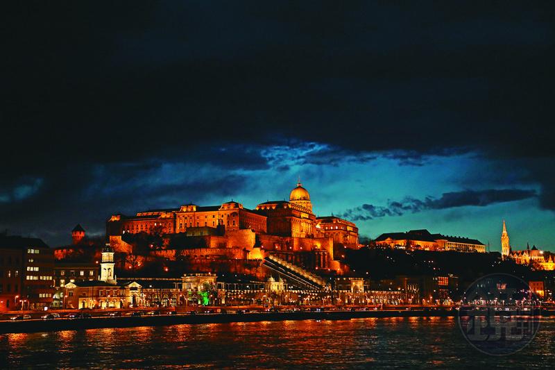 從多瑙河上看金碧輝煌的布達城堡,果然是名列世界遺產的美景。