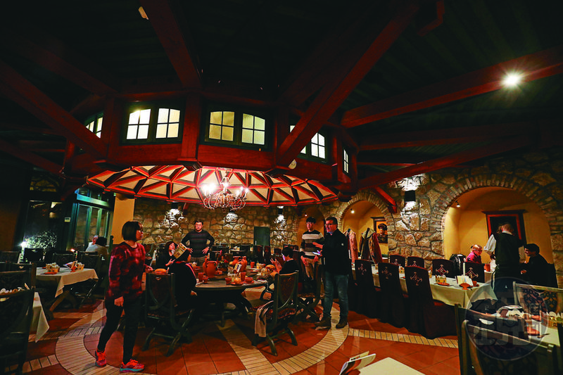 刻意打造的古老氣氛,讓客人像穿越到中古世紀的某個城堡用餐。