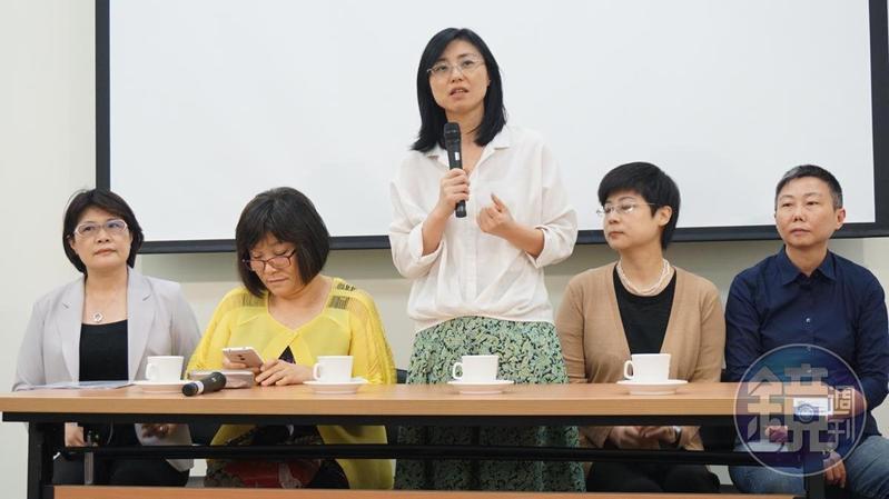 賴芳玉(中)在司改國是會議中,提案通過讓性侵被害人審核被告假釋案。(劉志原攝)