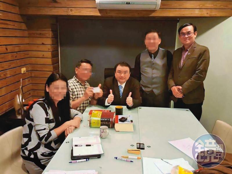 檢察官劉承武(中)為吸金案被告朱冠亦(右)提供法律諮詢,引發爭議。(讀者提供)
