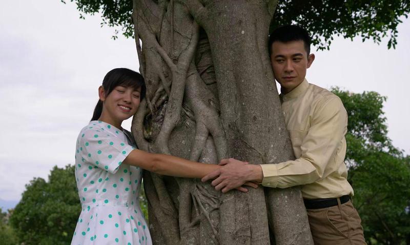 米可白和曾子益上演浪漫的抱樹劇情。(台視提供)