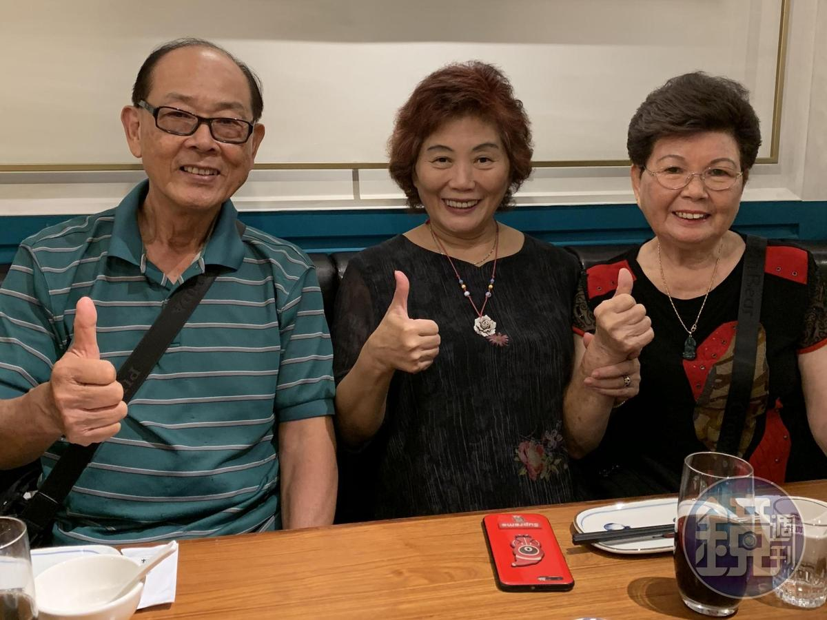 董事長陳啟昌找來「古早味客家菜」的老闆娘富美阿嬤(右一)擔任廚藝顧問。