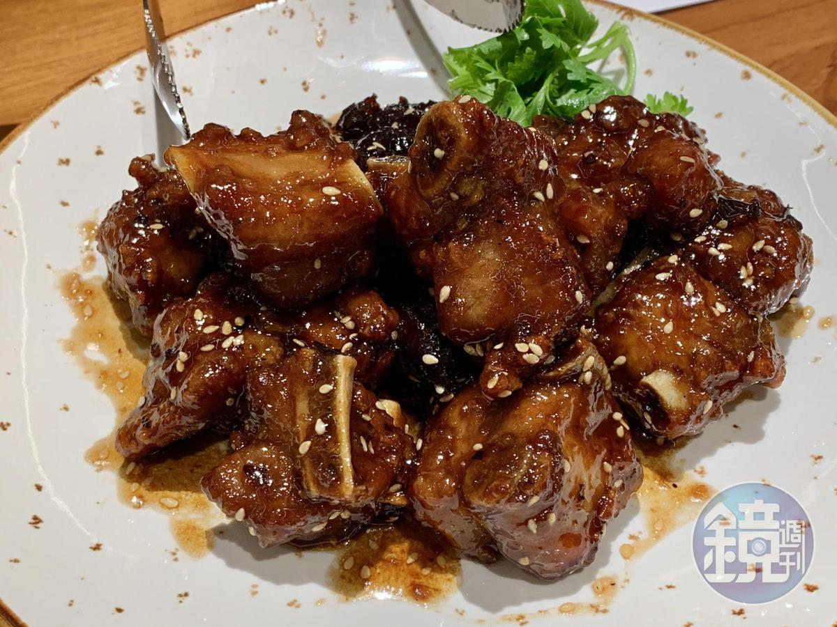 「蜜棗燒排骨」外層巴著鹹甜醬汁,嘗得到濃郁的黑棗香氣,排骨肉外酥內嫩。(2人套餐菜色)