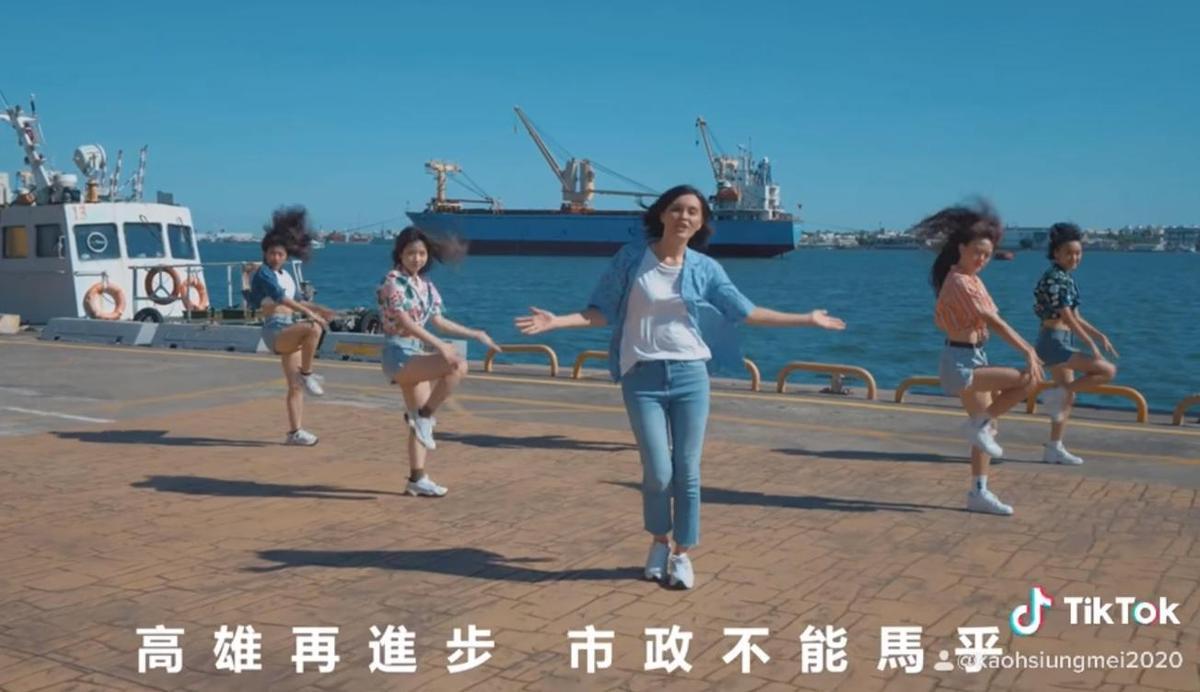 「高雄Mojito」MV中有一句歌詞「高雄再進步 市政不能馬乎」將馬虎打成「馬乎」。(翻攝自李眉蓁臉書)