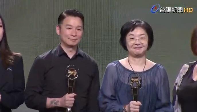 音樂製作人陳鎮川(左)今以金曲獎評審團主席身份公布入圍名單。右為文化部影視音及流行音產業局長徐宜君。(翻攝自YouTube)