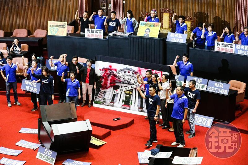 民眾黨立委蔡壁如等人進議場,聲援國民黨癱瘓議事的行動。