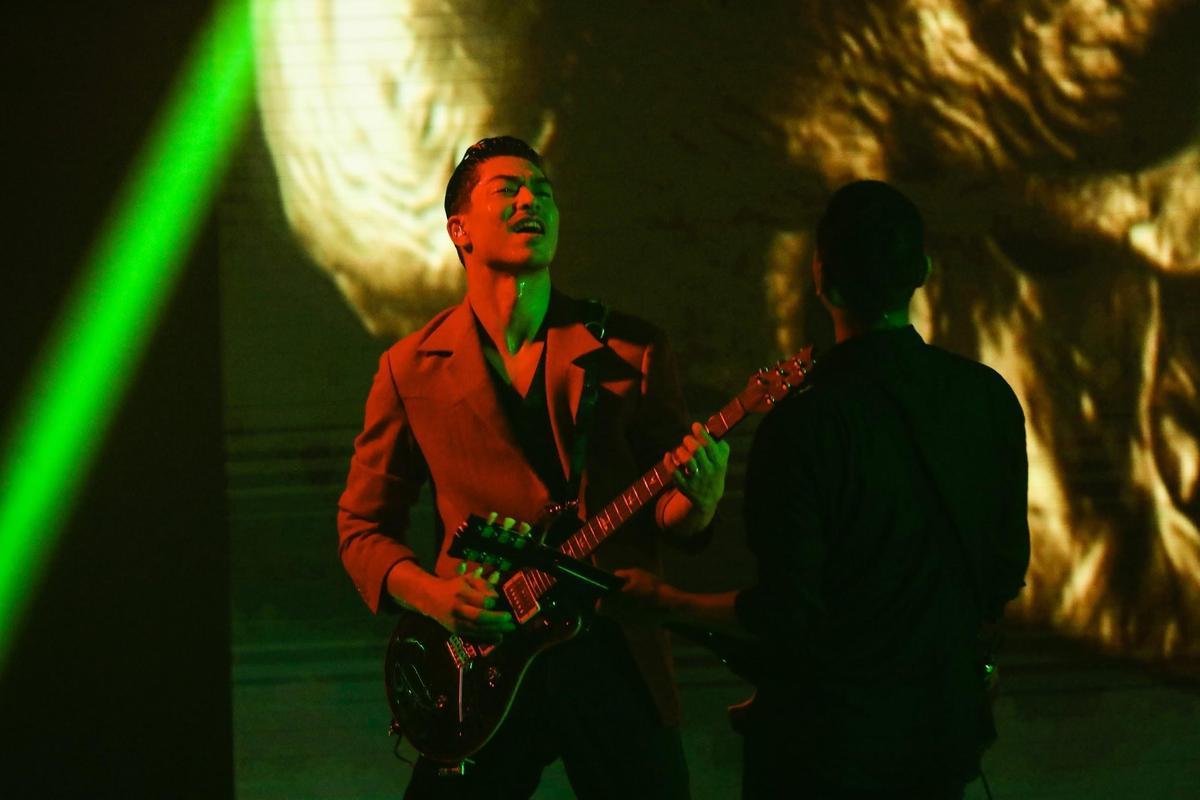 AKIRA在疫情期間還在家苦練吉他,3日在線上演唱會上展現實力。(LDH提供)