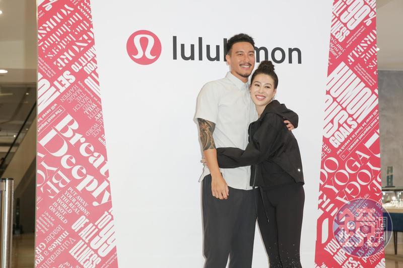 lululemon台北101店新開幕,請到超放閃夫妻王陽明與蔡詩芸來逛店。