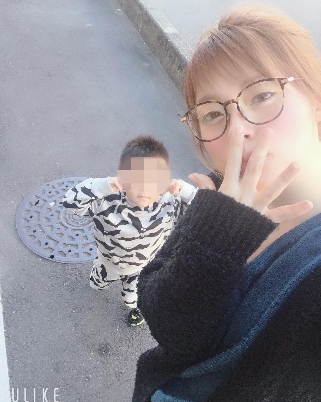 板垣梓(右)經常分享與兒子的合照。(翻攝板垣梓Instagram)