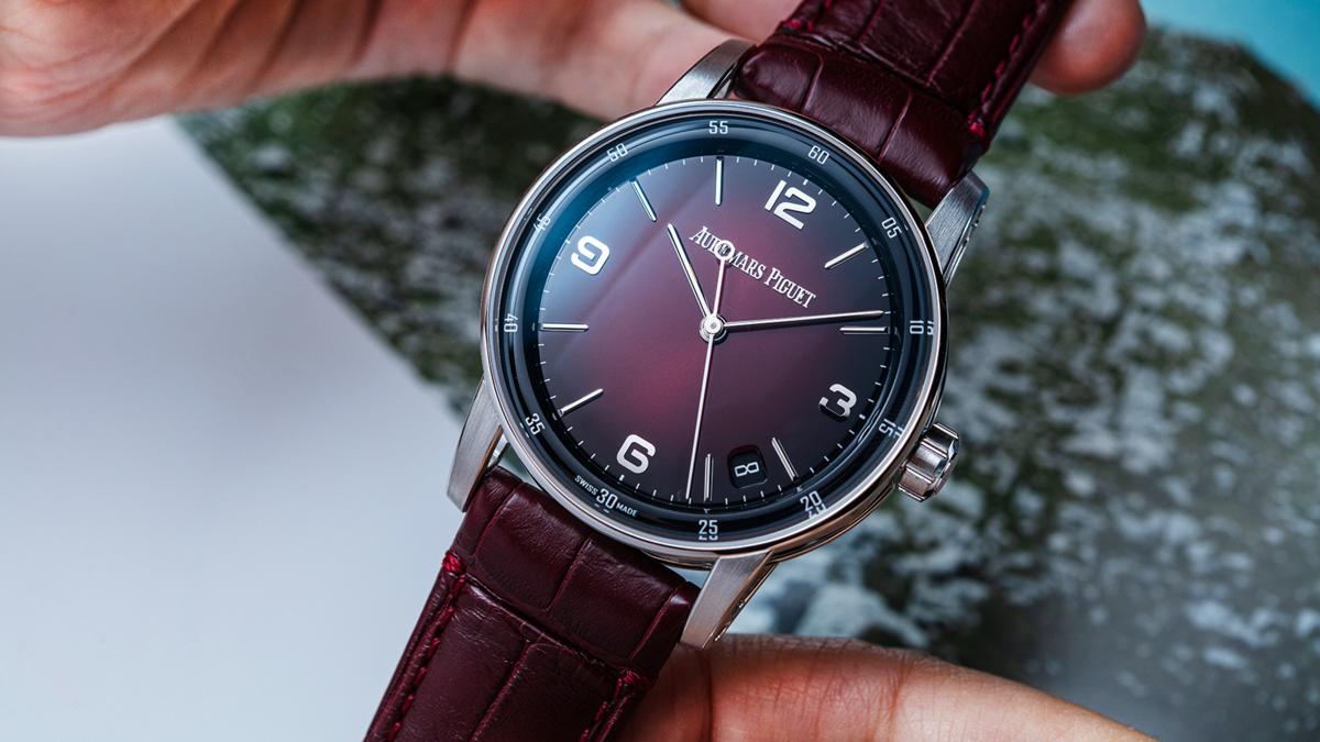 勃根地紅的錶面是今年新色中很搶眼的一款,實錶的面盤顏色質感滿好,漸層感很有層次。建議售價:NT$ 875,000