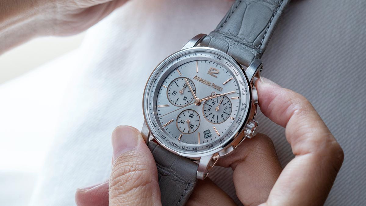 看上去有點像銀面的淺灰色,是愛彼這次搭配雙色金錶殼兩款面盤的其中一款,在材質和顏色上都做出了新意。建議售價NT$ 1,382,000