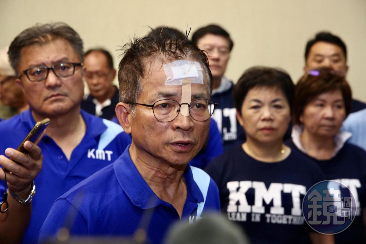 國民黨立委賴士葆頭部在混亂中受傷,貼上T字形OK繃。