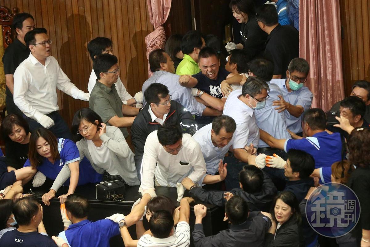 民進黨立委以人數優勢,將占領主席台的國民黨立委架離議場。