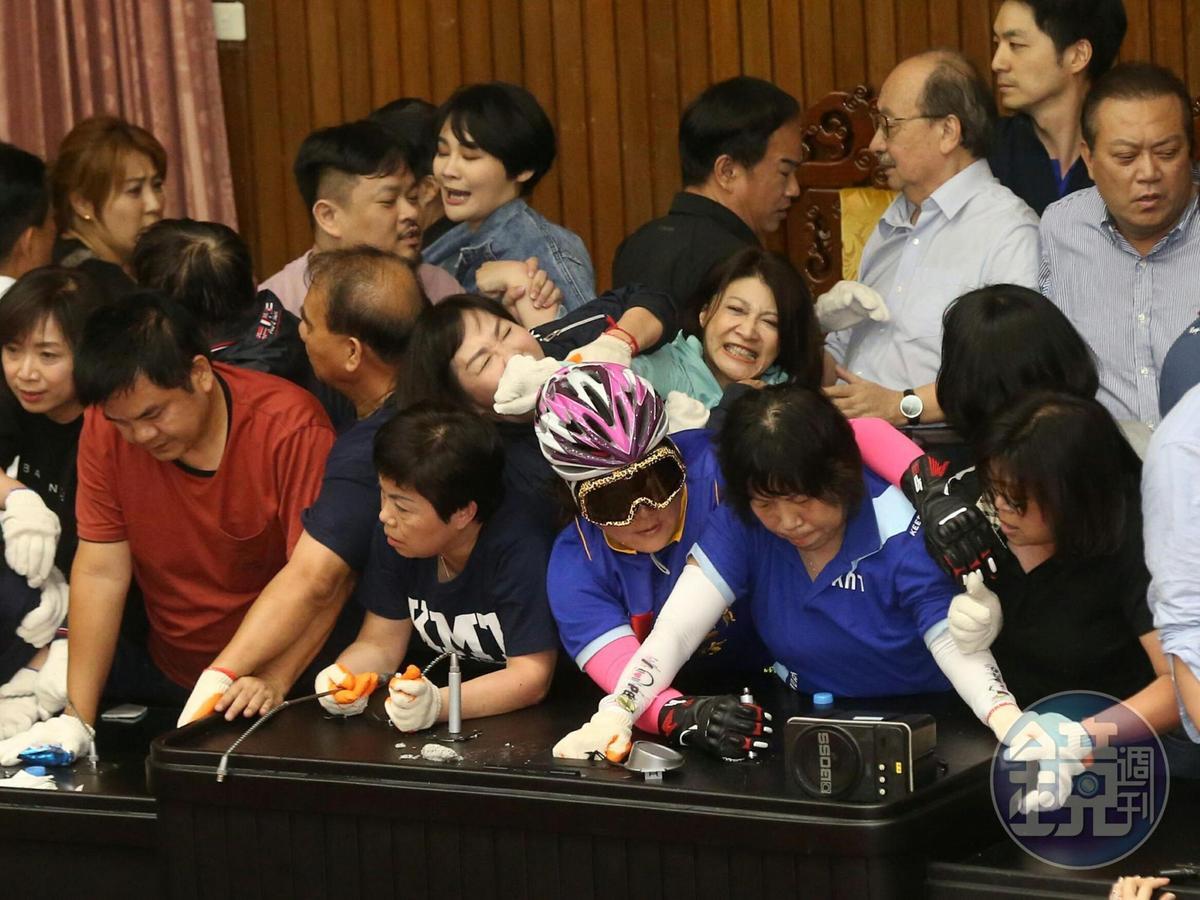 國民黨立委占領主席台,民進黨立委發動清場。
