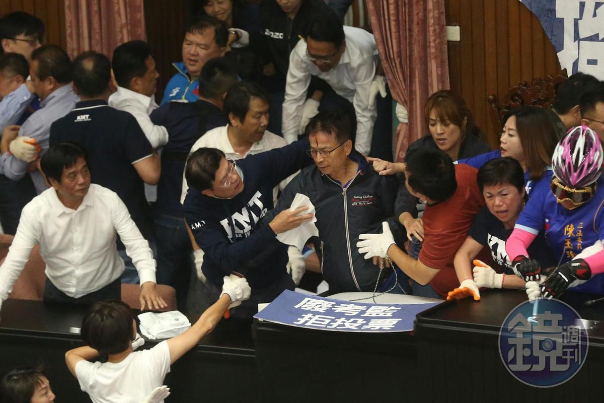國民黨立委賴士葆在混亂中受傷,藍綠委紛紛上前關心傷勢。